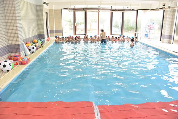 川越市、ふじみ野市、川島町周辺の幼稚園でも希少な室内プールを所有しています。
