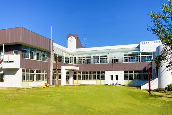 坂戸市、鶴ヶ島市を周辺に構え、川越市の豊かな自然環境の中で学べる園舎
